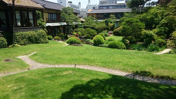 起雲閣の手入れがされた美しい庭園