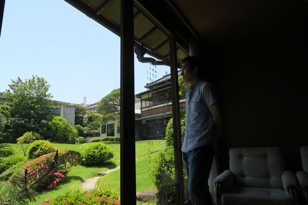 庭園を眺める中西浩