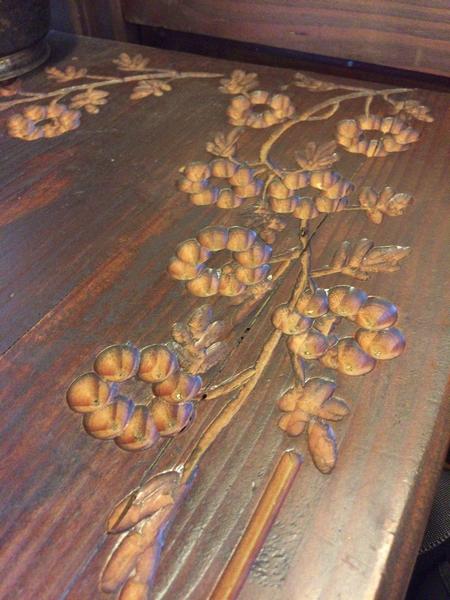 机には花の絵が彫られている