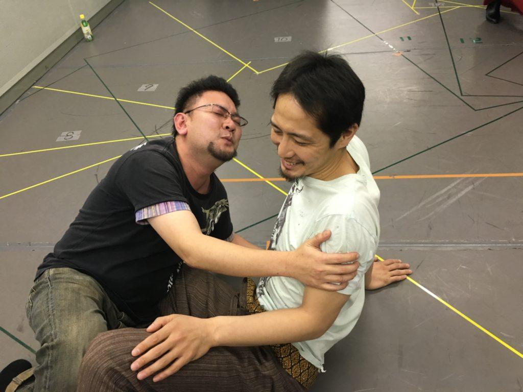 緑慎一郎と戯れるナカムラユーキ