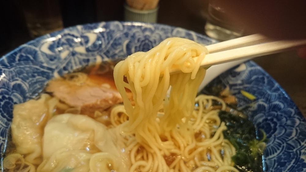 ら麺亭のラーメンの麺はやや細めのストレート麺