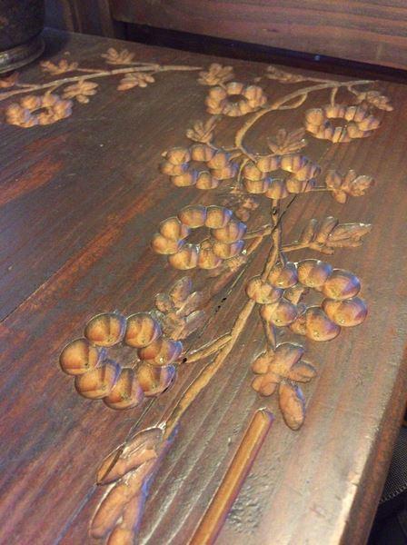 ウッドテーブルにはお花が彫られている