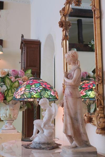 女神や天使をモチーフにした白い彫像たち