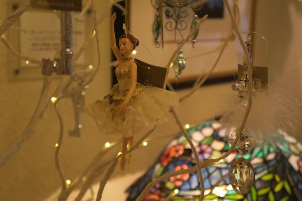 ステンドグラスのランプにはバレエダンサーの飾りがぶら下がっている