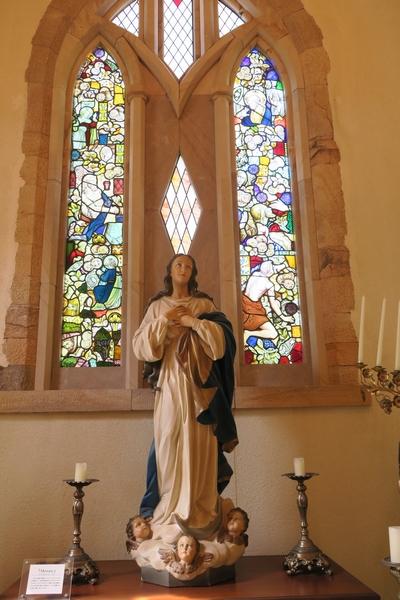 女神像とステンドグラス