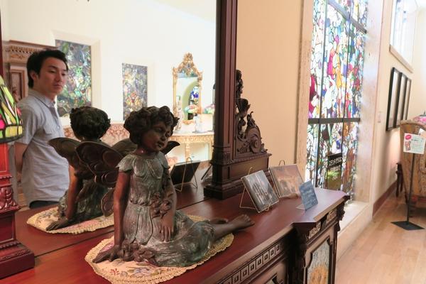 館内にはステンドグラス以外にも銅像のようないろんなオブジェがある