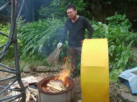 木材を燃やす緑慎一郎