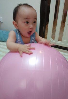 【育児】バランスボールで遊ぶ