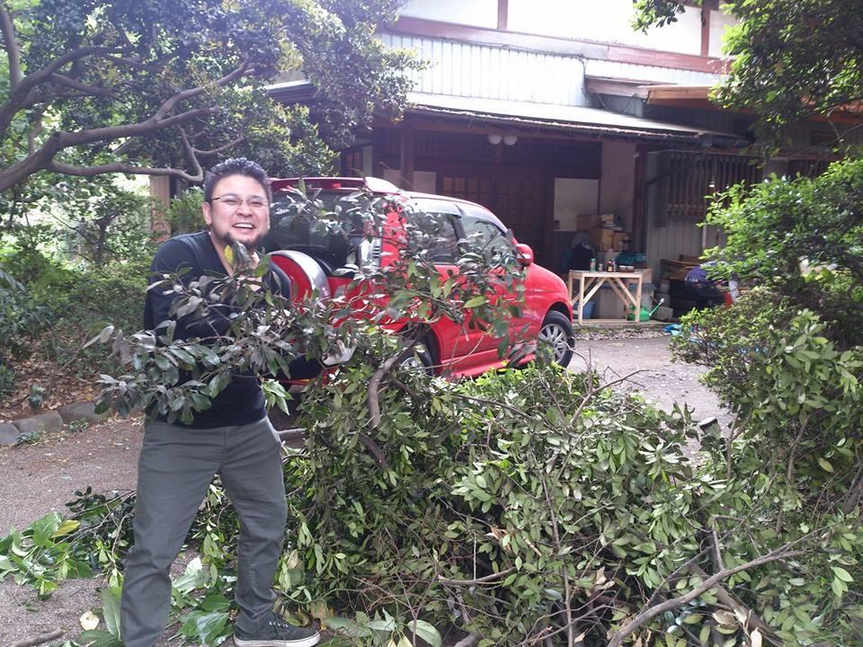 嬉しそうに枝を落とす緑慎一郎