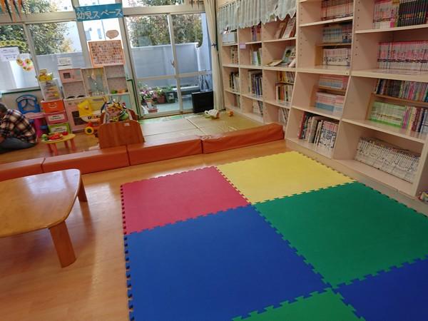 子供も遊びやすい柔らかいマットが敷いてある図書室