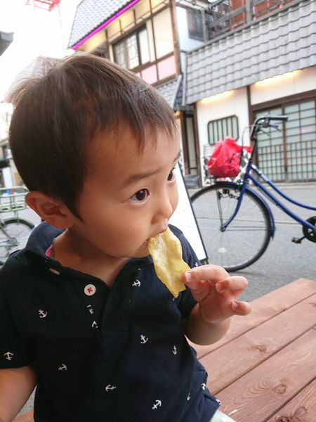 浅草のお芋専門店でおさつチップスを食べる