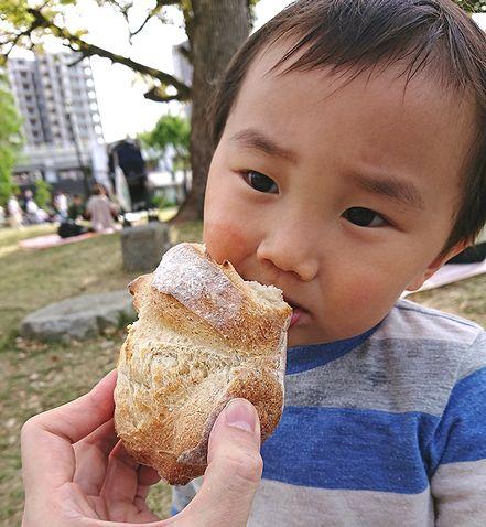 ミズマチでカンパーニュを食べる2歳半