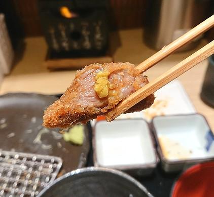 浅草の牛カツをわさびで食べる