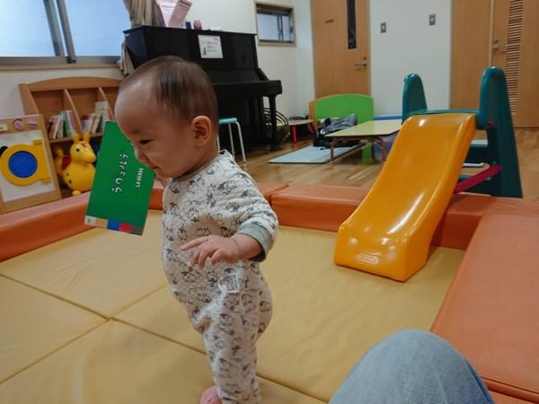 滑り台と幼児