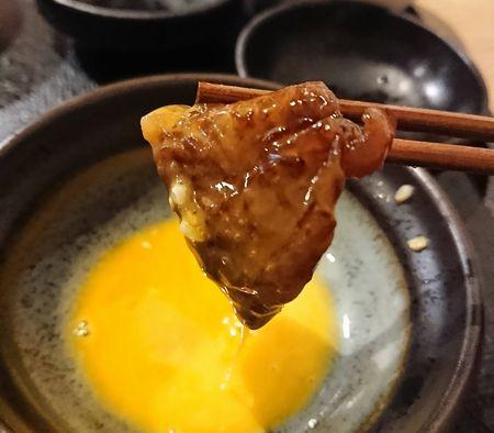 卵を絡めて食べる肉