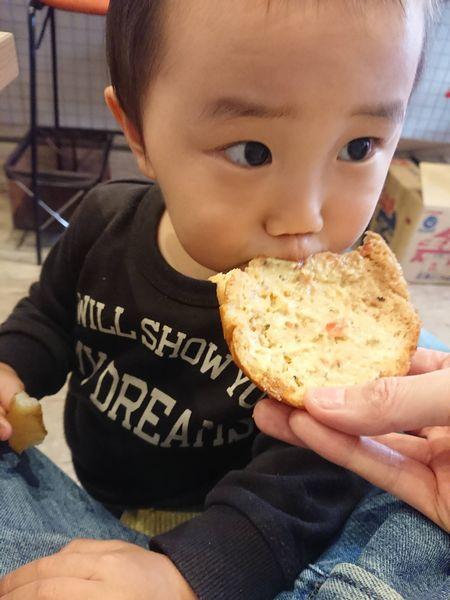 バンズを食べる息子