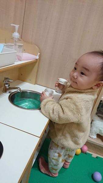 おもちゃの流し台で遊ぶ幼児