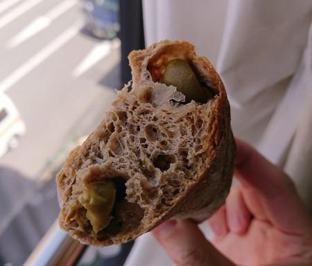 古代小麦パンのオリーブ入り断面