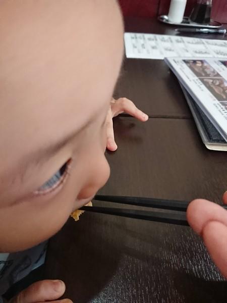 玉子を食べる子供