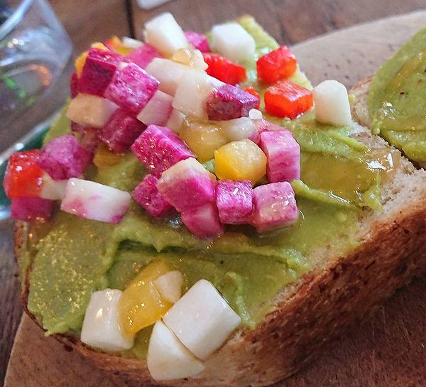 彩野菜のアボカドトースト
