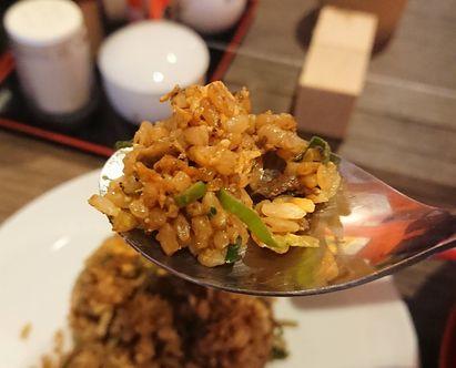 新福菜館のチャーハンは味濃いめ