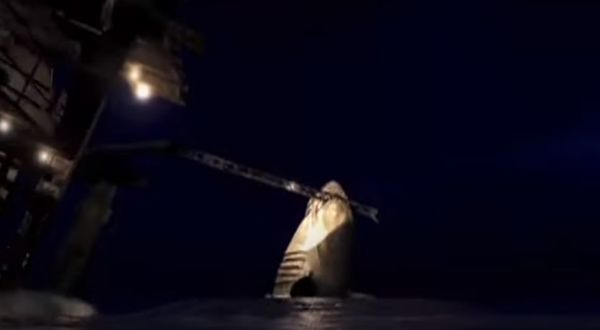 油田プラントを攻撃するサメ