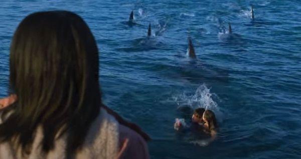 サメが編隊を組んで襲ってくる
