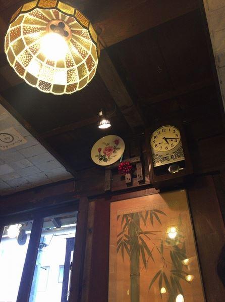 天井と壁掛け時計
