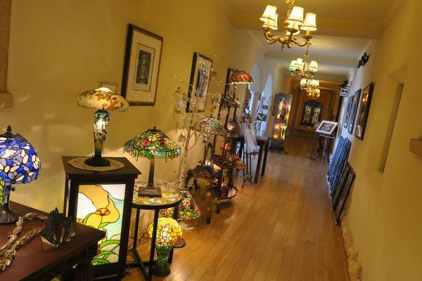 入り口から入ってすぐの廊下にはステンドグラス作品がたくさん並んでいる
